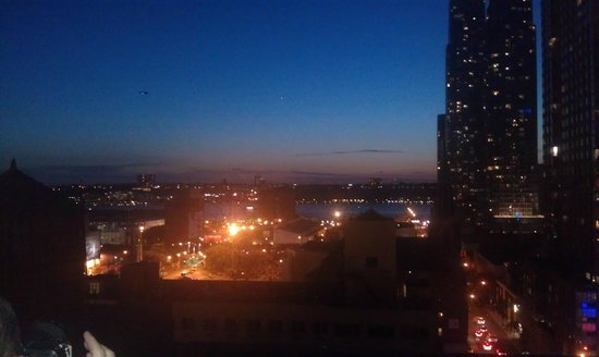Metro Apartments : Evening view of the Hudson
