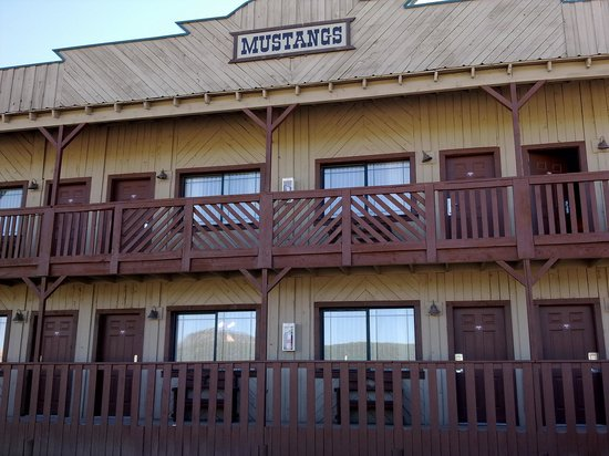 Quality Inn Bryce Canyon: cute western theme on the outside