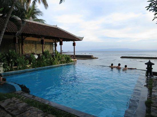 The Natia: Swimming Pool + Dining area