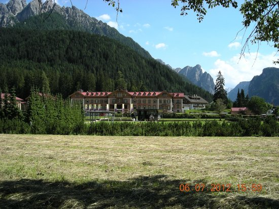 Centro Vacanze Grand Hotel: hotel visto dalla stazione ferroviaria