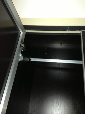 Washington Mayfair Hotel: Wardrobe rail very high
