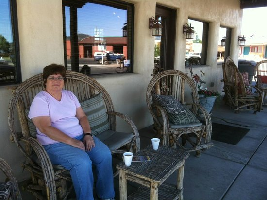 The Lodge On Route 66: Drinking coffee on the front porch