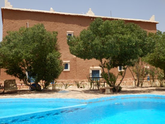 Dar Mouna: Pool mit Hotel