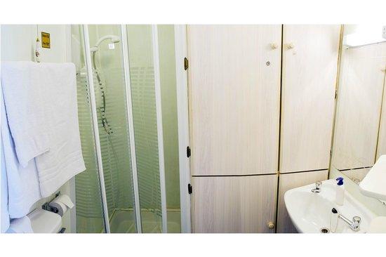Kenny's Guesthouse: En-suite bathroom