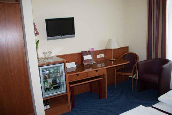 Austria Classic Hotel Wien: desk & mini-fridge
