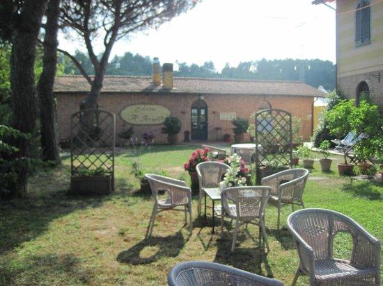 Locanda Il Fornello : Il giardino e sullo sfondo l'Osteria