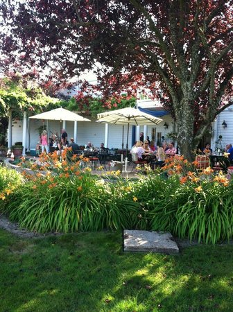 Duck Pond Cellars : Their beautiful front patio