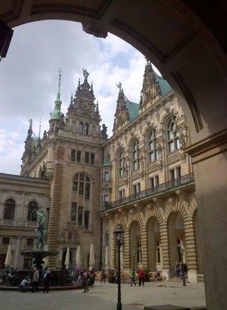 Rathausmarkt: View into interier court behind the Rathaus