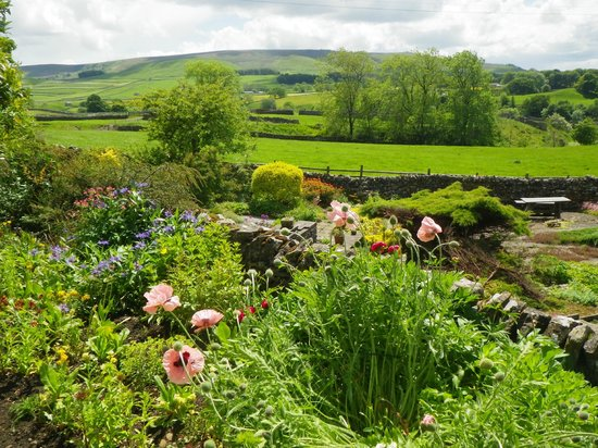Raines Close Guest House: This is the view of the garden at Raines and the Yorkshire Dales in the background. Dining room