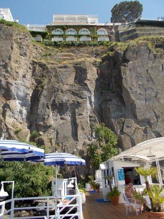 جراند هوتل ريفييرا: View of the hotel from the beach deck