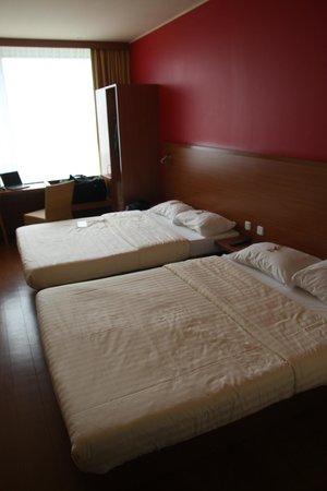Star Inn Hotel Salzburg Airport : deux vrais lits