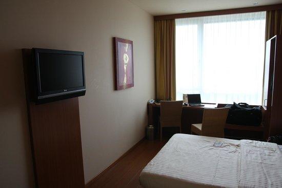 Star Inn Hotel Salzburg Airport : un petit bureau et de la place pour se retourner !
