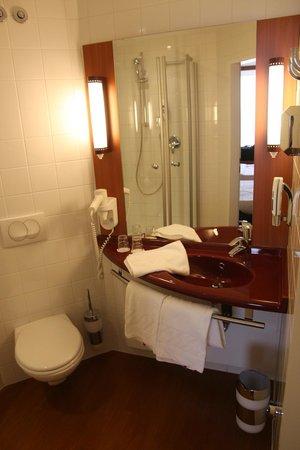 Star Inn Hotel Salzburg Airport : un belle salle de bain
