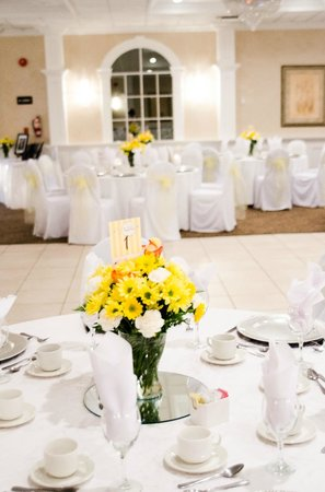 BEST WESTERN PLUS Mariposa Inn & Conference Centre: Hermitage Ballroom Place Settings