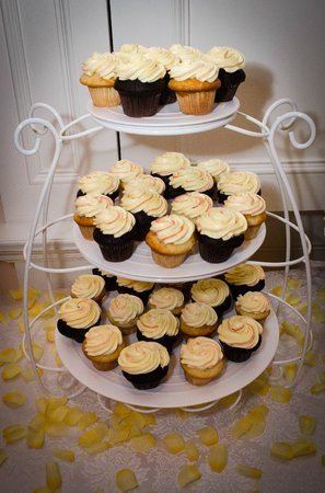 Best Western Plus Mariposa Inn & Conference Centre: Cupcakes (courtesy of The Grape & Olive)