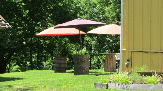 Bloomery Plantation Distillery: outdoor seating