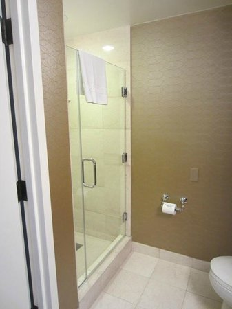 Omni Los Angeles at California Plaza: Room 1328 - bathroom