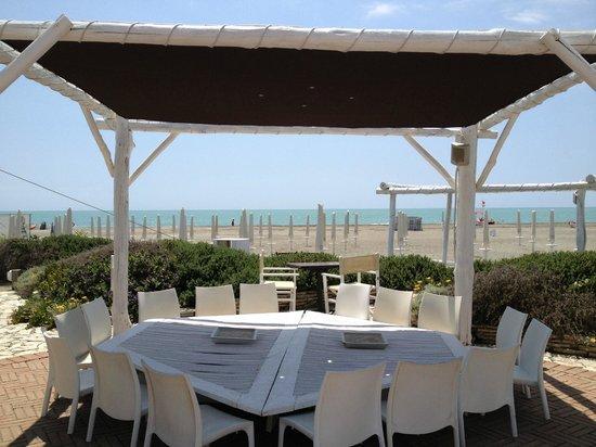 Shilling di Ostia: Tavolo esterno vista mare