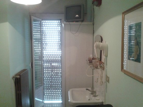 Hotel Graziana : camera singola con lavandino interno e bagno esterno (pulizia OK  buona)