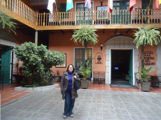 El Portal de Marquez: PATIO ANTERIOR