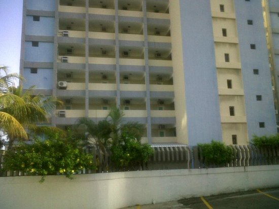 Las Quince Letras Hotel: foto del estacionamiento hacia el hotel