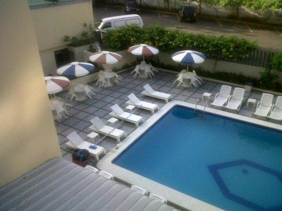Las Quince Letras Hotel: mesas y sillas de la piscina