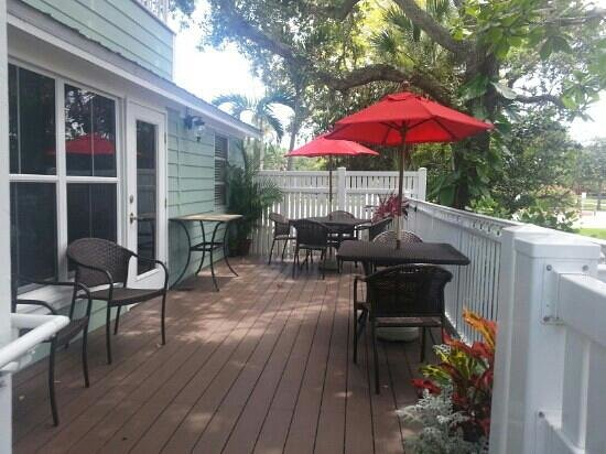 SeaGlass Inn Bed and Breakfast: Beautiful outdoor dining space