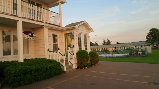 Anne Shirley Motel & Cottages: propety as you drive in