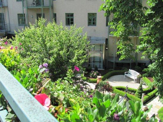 Maximilian Munich Apartments & Hotel: The Rose Garden