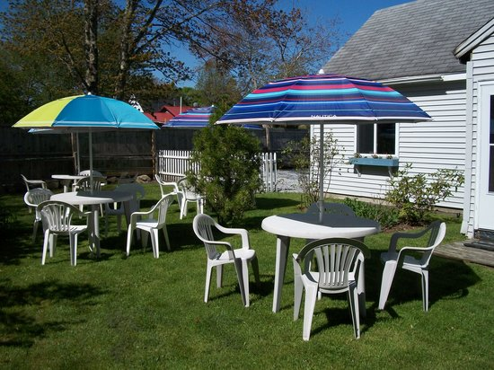 Schoolhouse Bakery: Outdoor and indoor seating.