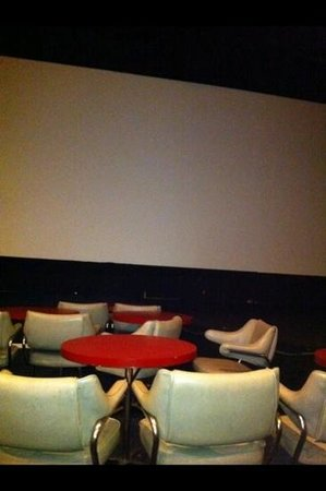 Clearwater Cinema Cafe: comfy chairs with individual tables for each party!