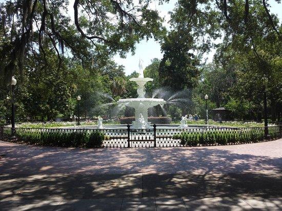 Park Avenue Manor: Forsyth Park fountain