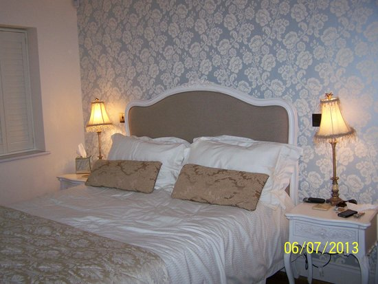 Broad Leys: Bedroom 1