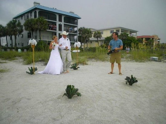 Tommy's on the Beach: Isle for Bride Entrance to beach