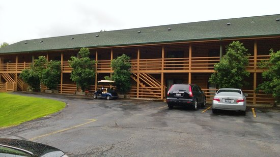 Cedar Lodge & Settlement: Front view of Lodge.  We were in #3
