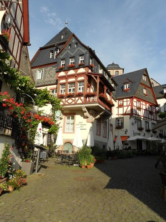 Hotel Haus Lipmann: View of Annex from central intersection off of the Mosel road