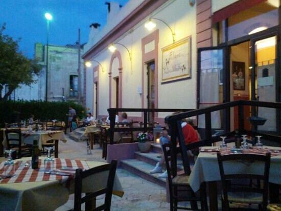 Fulana : Il locale da fuori di sera.