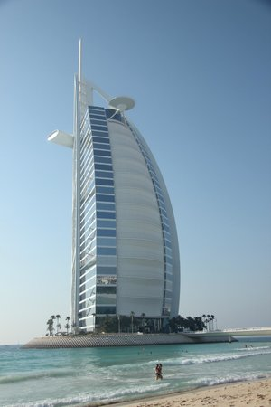 Water slide shaped of jumeirah beach hotel across from for Sail shaped hotel dubai