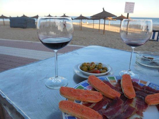 Hotel Paraiso Playa: tapas at the beach at nearby restaurant