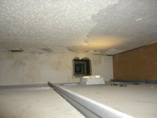 Holiday Inn Birmingham-Airport: Above the Drop Ceiling in Bathroom