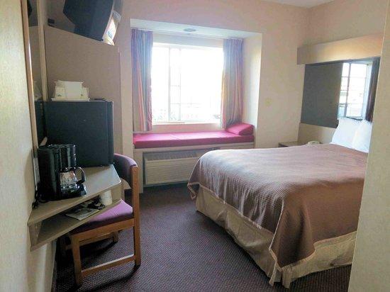 Howard Johnson Inn and Suites Elk Grove Village O'Hare: Room 118 - small work desk at left
