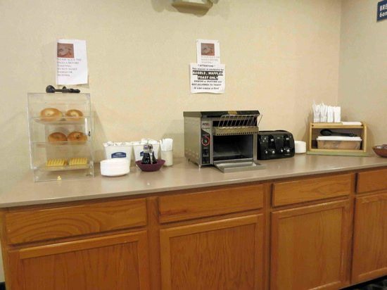 Howard Johnson Inn and Suites Elk Grove Village O'Hare: Breakast area with toaster