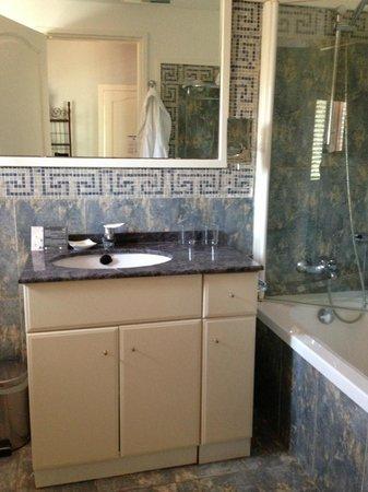 Hotel Subur Maritim: Bathroom