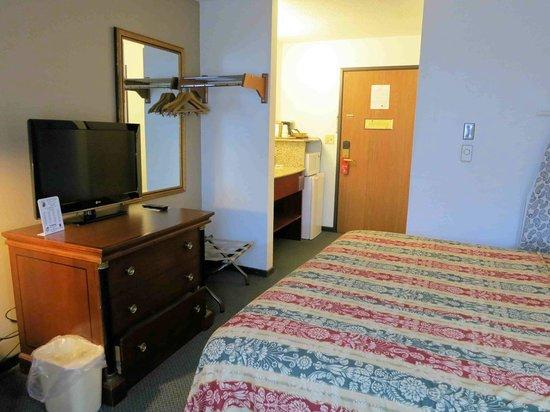 Super 8 Milwaukee Airport: Room 311