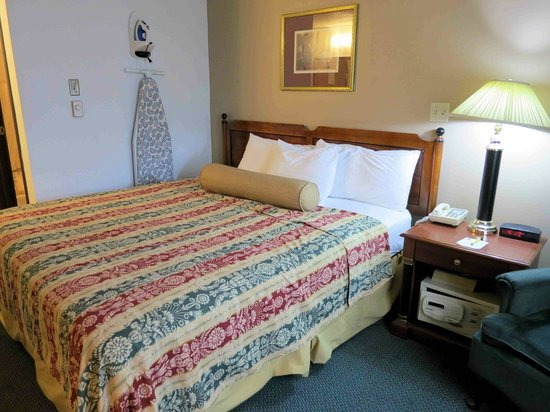 Super 8 Milwaukee Airport : Room 311 - thin bedding does not fit bed
