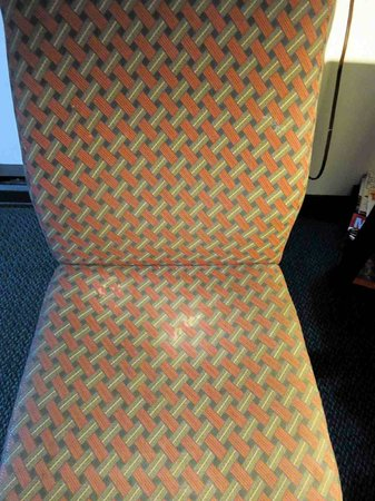 Super 8 Milwaukee Airport : Desk chair Room 311 - not the best