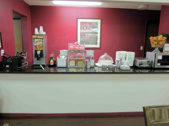 Super 8 Milwaukee Airport: Breakfast area  - nice selection