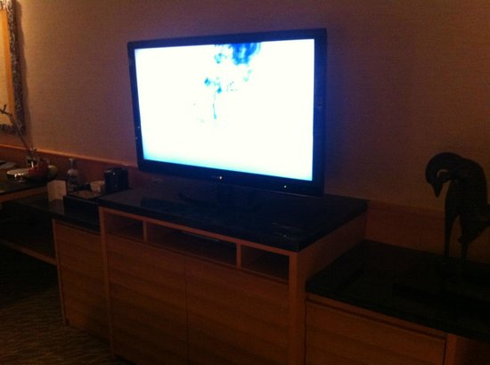 Mandarin Oriental, Singapore: TV in room on top of the dresser and mini bar.