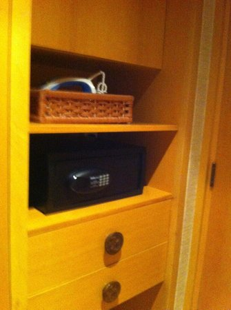Mandarin Oriental, Singapore: Closet and most important the safe. I used during my entire stay.