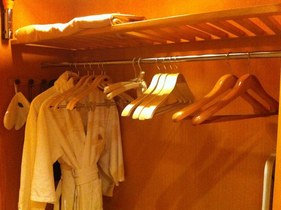 Mandarin Oriental, Singapore: Closet with ample space and complimentary slippers which I love!